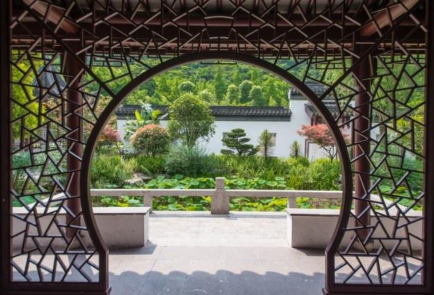 Drsna dvoriščna vrata omogočajo enostaven in varen prihod na naše dvorišče